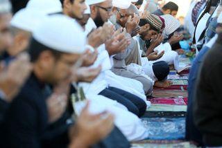 2.000 musulmans prient en plein air pour la fin du ramadan