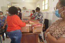 Les familles aident à la préparation des colis pour les étudiants .