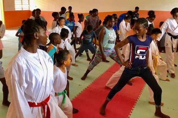 Les enfants d'Apatou réunis pour une initiation aux arts martiaux