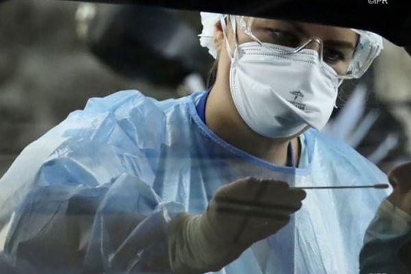 Un dépistage du coronavirus effectué lors d'un drive-test à La Réunion.