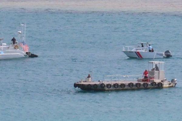 barge et bateaux en mer