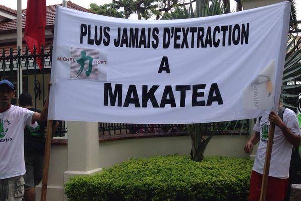 Makatea : les opposants à l'exploitation du phosphate manifestent devant la présidence