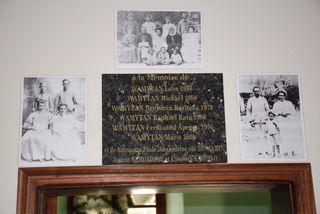 """Une plaque commémorative à l'intérieur de la """"maison blanche»."""