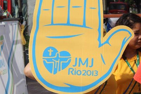 Des volontaires renseignent les pèlerins un peu partout dans Rio