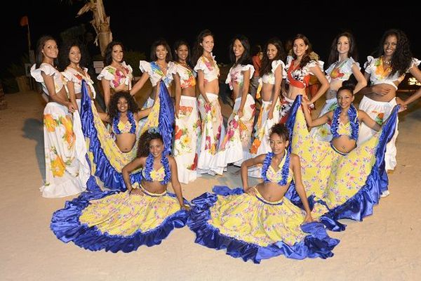 Miss Réunion 2014 : candidates en tenue traditionnelle mauricienne