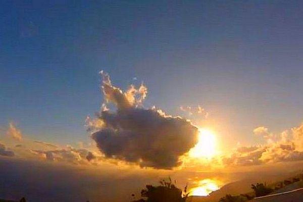 soleil et nuages au levé du jour sur La Réunion