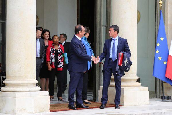 """Poignée de mains entre François Hollande et Manuel Valls à la sortie du premier conseil des ministres de l'ère """"Valls 2""""."""