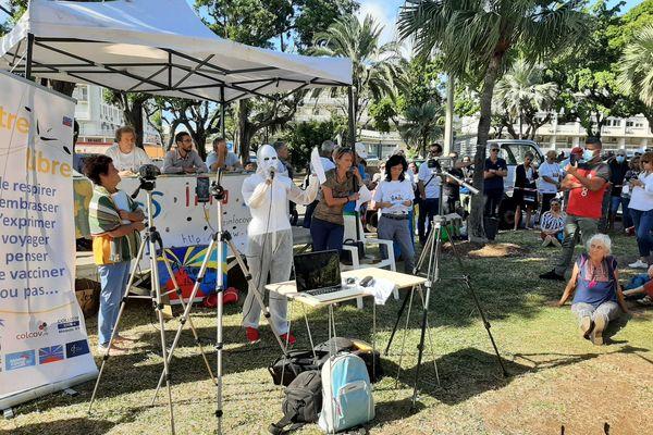 Manifestants anti vaccin Covid prise parole micro affiches