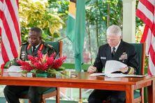 Au Guyana, le Brigadier Godfrey Bess (à gauche) signe des accords de coopération avec l'amiral américain Craig Faller.