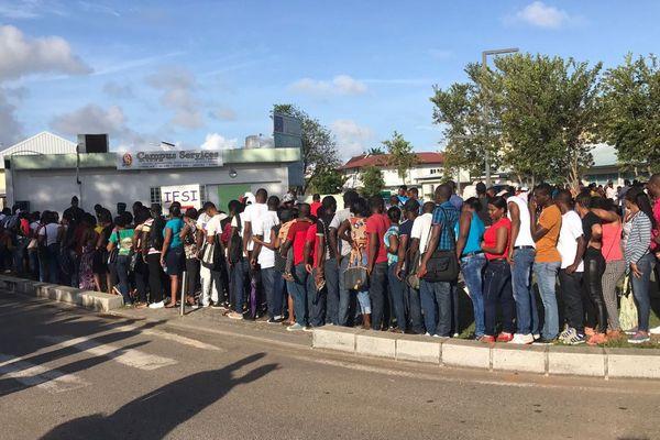 La file d'attente devant les locaux de la Croix rouge