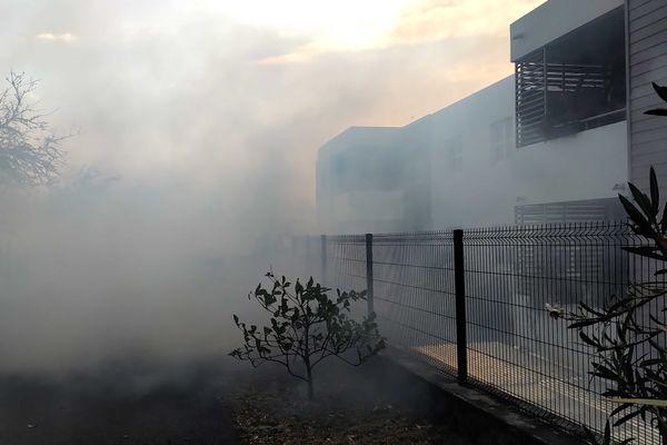 Incendie dans la savane de Plateau-Caillou, dimanche 19 septembre habitations fumée