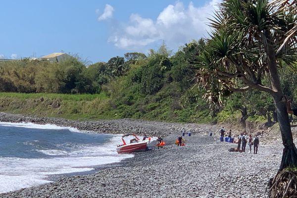 Saint-Benoit bateau échoué sur plage de galets La Marine 161020