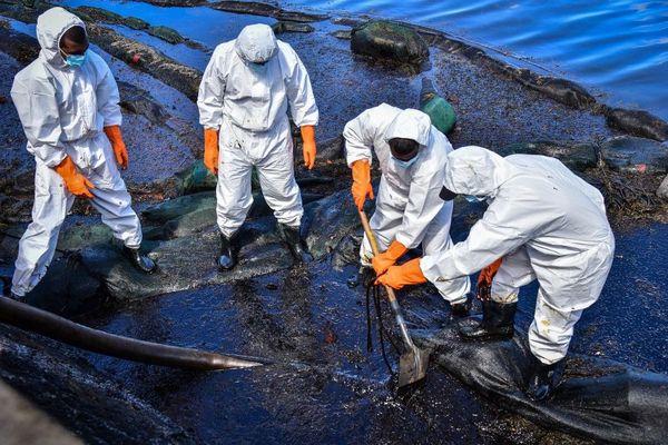 Une équipe d'intervention récolte le fuel qui s'échappe du Wakashio
