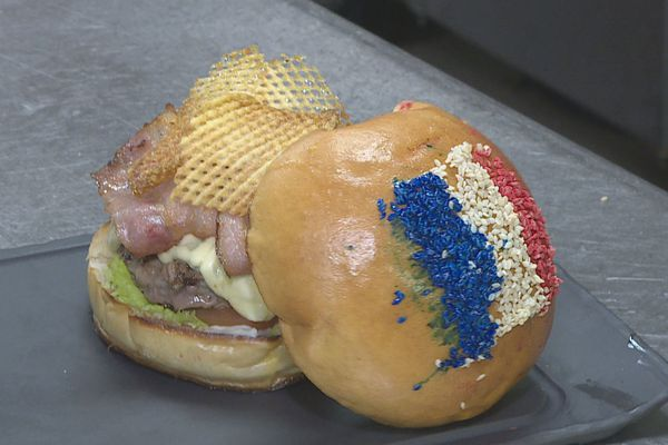 Mondial Burger bleu blanc rouge