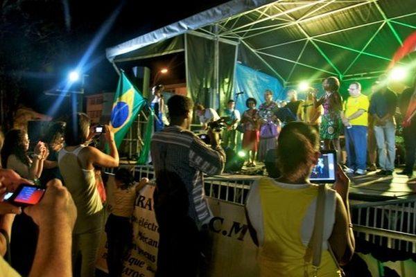 L'hymne du Brésil chanté par Clara Nugent