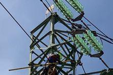 Intervention d'un technicien d'EDF sur un pylône haute tension à la zone Collery