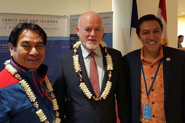 Conférence sur les Océans : visite de personnalités                                         au stand de la Polynésie française