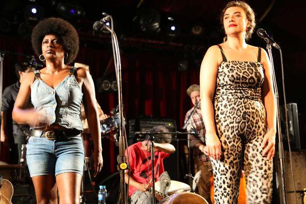 Christine Salem et Rosemary Standley, la chanteuse de Moriarty, sur la scène du Cabaret sauvage à Paris le 16 juillet 2014