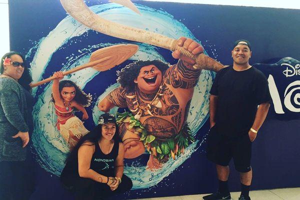 Heilani Tama, Tiana Liufau et le chanteur devant l'affiche de Moana de Disney