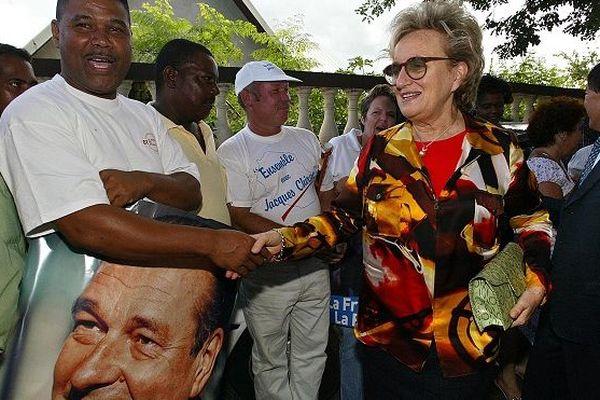 L'épouse du président de la République Jacques Chirac, Bernadette, s'entretient avec des sympathisants, le 18 avril 2002 à Saint-Paul de la Réunion, lors de la deuxième et dernière journée de séjour dans l'île où elle était en campagne pour son époux, can