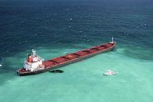 Un cargo chinois en difficulté laisse échapper du pétrole près de la Grande Barrière de corail le 4 avril 2010.  (© HO NEW / REUTERS / X80001)