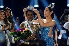 Zozibini Tunzi, couronnée Miss Univers 2019, par la Philippine Catriona Grayle, 8 décembre 2019 aux Etats-Unis à Atlanta