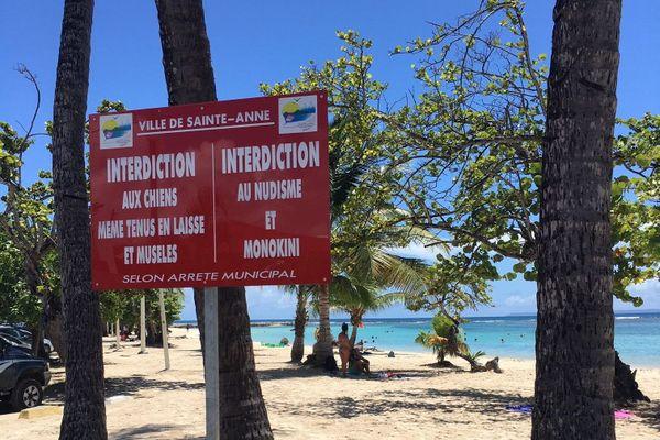 Panneau interdisant pratique du nudisme et monokini sur la plage de Sainte-Anne