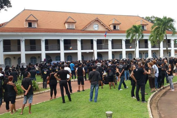 La foule converge devant la préfecture