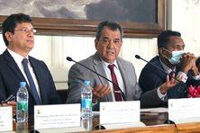 Le président Fritch entouré du ministre de l'Economie et du vice-président.