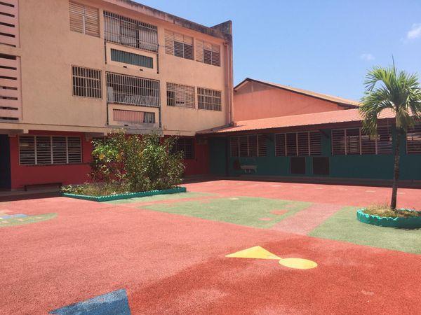 Cours de l'école Léopold Héder à Cayenne