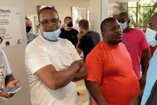 Gendarmes et dirigeants du Club Franciscain lors de l'intervention des manifestants à l'hôtel.