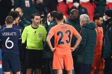 L'arbitre du match de Ligue des champions PSG-Basaksehir s'explique avec les joueurs après des accusations de racisme visant l'un de ses assistants, le 8 décembre à Istanbul (Turquie).