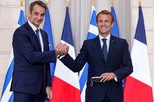 Le Président français Emmanuel Macron et le Premier ministre grec Kyriakos Mitsotakis