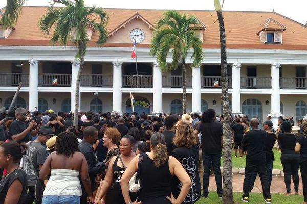 Les manifestants devant la préfecture