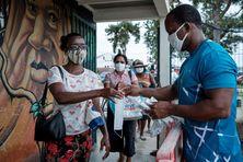 Distribution de masques le 13 juin à Saint-Laurent du Maroni en Guyane.