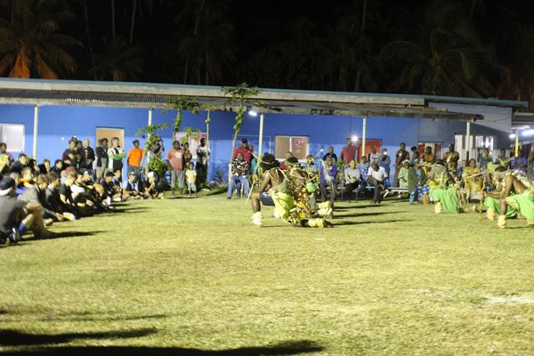Un groupe de danse d'Hapetra se produit devant les coureurs pendant la cérémonie d'accueil du Tour à Luecilla.