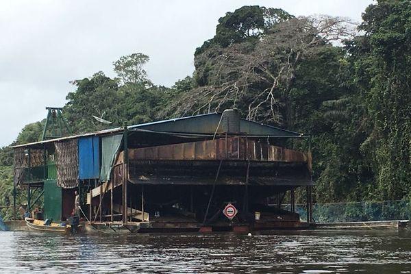 Un barrage fluvial sur la Tampok