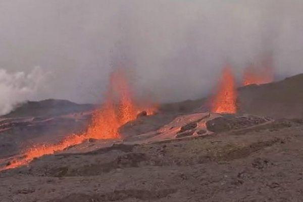 Volcan éruption fontaines