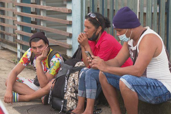 Des migrants devant la préfecture de la Guyane