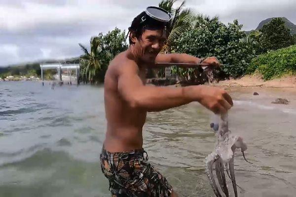 Juliano a la main pour pêcher et cuisiner les pieuvres