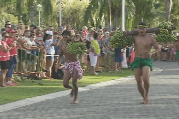 Heiva 2017 : les porteurs de fruits en compétition à Paofaï