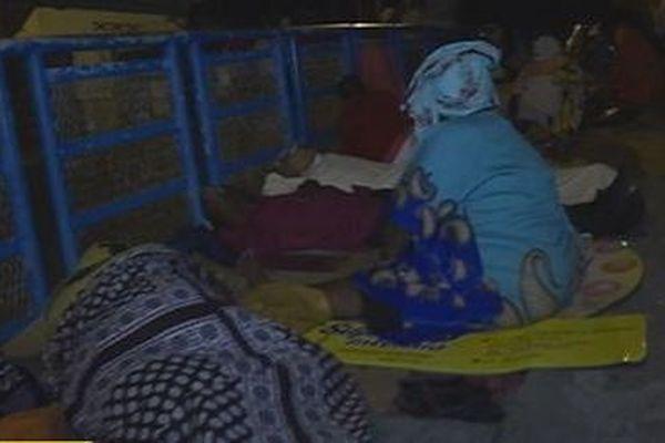 Ils passent la nuit devant les services fiscaux de Mayotte