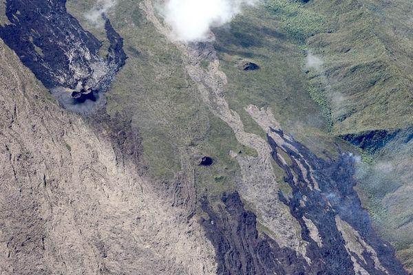 Piton de La Fournaise : le front de coulée progresse dans les hauts des Grandes Pentes