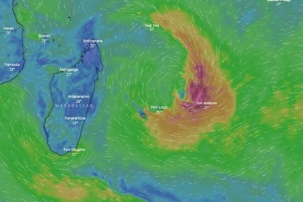 La dépression tropicale se rapproche de La Réunion.