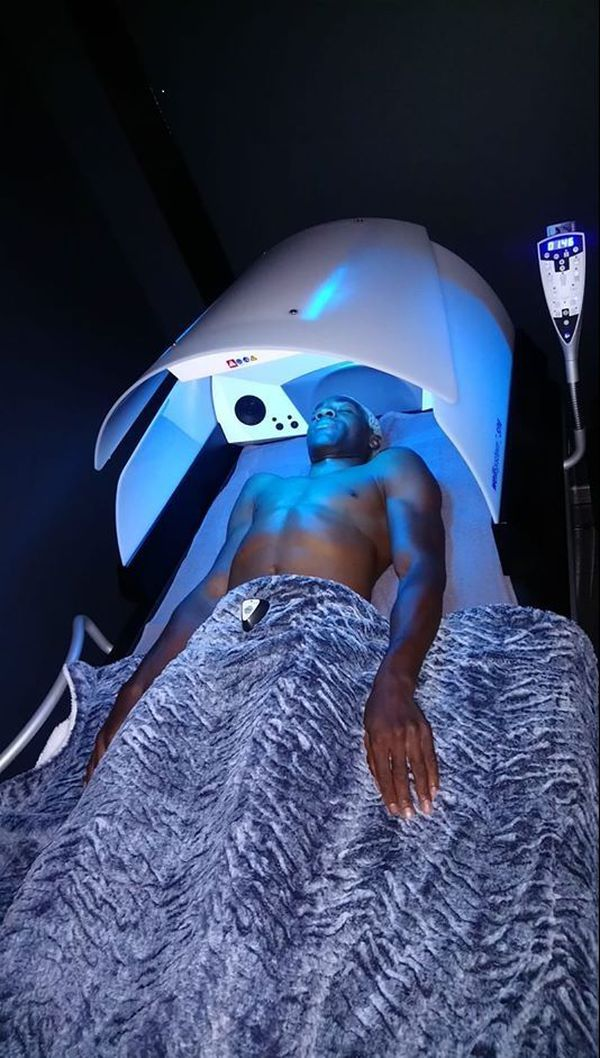 Michel Mothmora en récupération sur un lit hydromassant