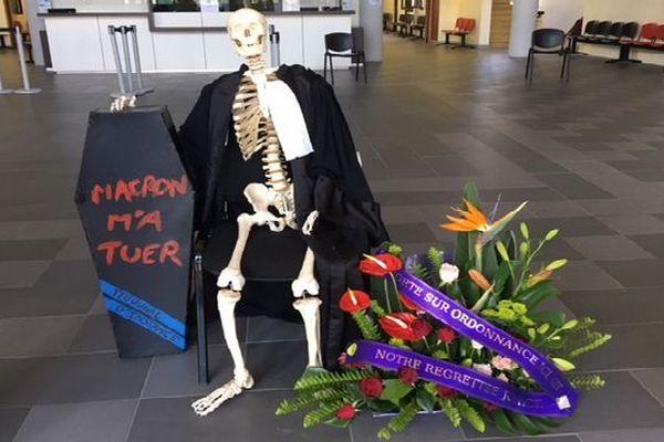 Squelette d'avocat dans la salle des pas perdus