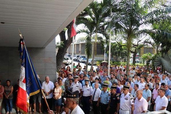 Minute de silence devant le Haut-commissariat à Papeete, lundi 30 septembre.