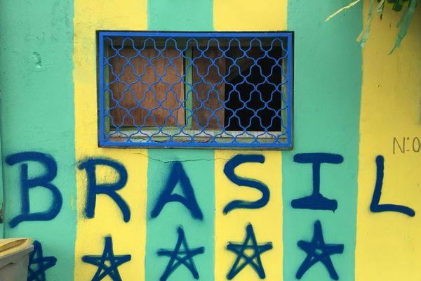 Les supporters brésiliens décorent leur rue