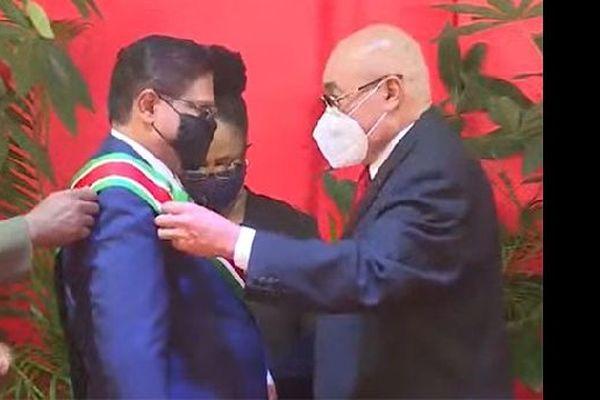 Passation de l'écharpe de président du Suriname