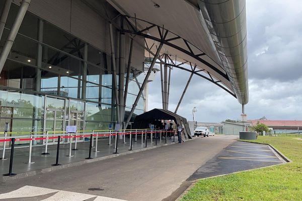 Tente à l'aéroport